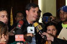 Concejal Vidal denunció que grupos violentos lanzaron botell...